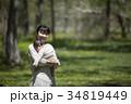 芝生で遊ぶ親子 34819449