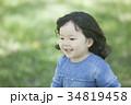 芝生で遊ぶ女の子 34819458