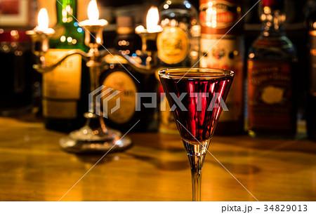 バーにて 赤いカクテル キッス・イン・ザ・ダーク 34829013