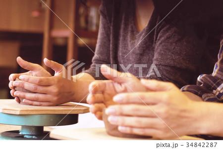 陶器作りするカップル 34842287