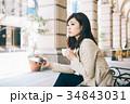 女性 コーヒー ベンチの写真 34843031