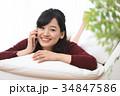 スマホ 女性 うつ伏せの写真 34847586