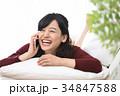 スマホ 女性 うつ伏せの写真 34847588