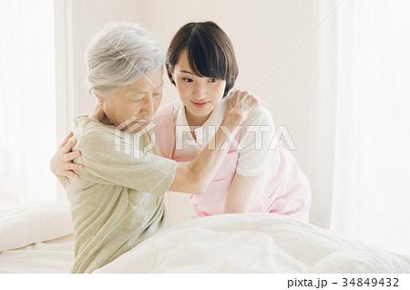 介護福祉士とシニア 訪問看護 在宅介護 34849432