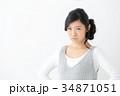 悩む若い女性 34871051