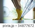 雨の日 レインブーツ コーデを楽しむ女性 34877672