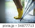 雨の日 レインブーツ コーデを楽しむ女性 34877713