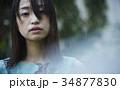 雨に打たれる女性 34877830