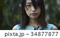 雨に打たれる女性 34877877