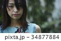 雨に打たれる女性 34877884