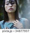 雨に打たれる女性 34877937