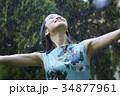 雨に打たれる女性 34877961