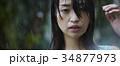 雨に打たれる女性 34877973