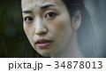 雨に打たれる女性 34878013