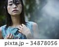 雨に打たれる女性 34878056