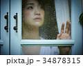雨の日 自宅で過ごす女性 34878315