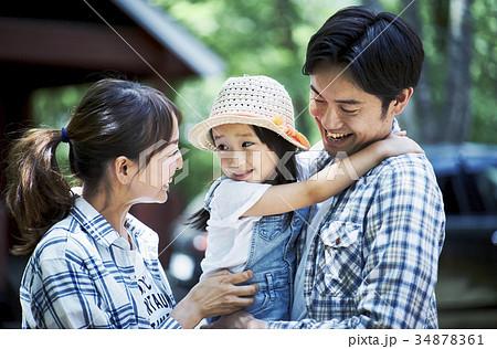 キャンプを楽しむ家族 34878361