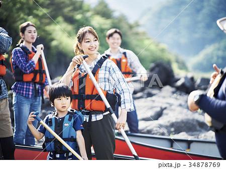カヌーを漕ぐ家族 34878769