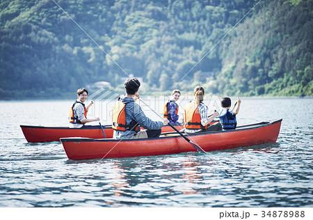カヌーを漕ぐ家族 34878988