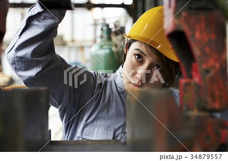 女性作業員 34879557