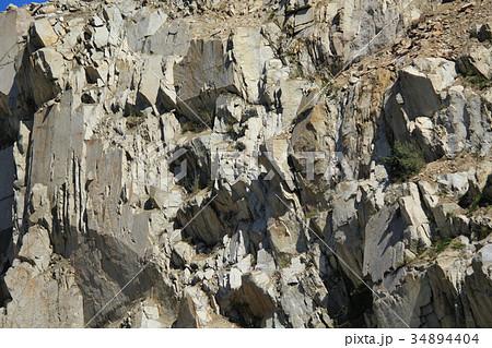 荒い岩肌の写真素材 [34894404] ...