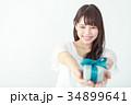 プレゼントボックスを渡す若い女性 34899641