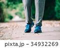 ウォーキングする男性の足下 スニーカー 34932269