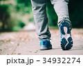歩く男性の足下 スポーツシューズ 34932274