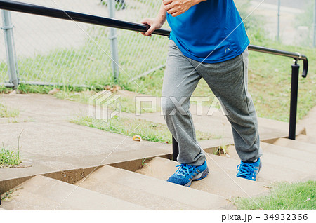階段を上る男性の足下 34932366