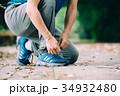 靴紐を結ぶ男性の足下 スニーカー 34932480