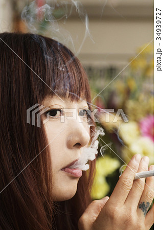 喫煙イメージ 女性 たばこ タバコ 煙草 喫煙  34939727