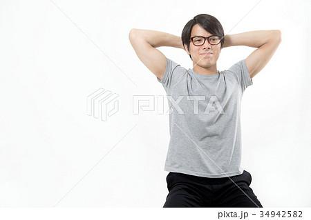 若い男性 頭の後ろで手を組む 34942582