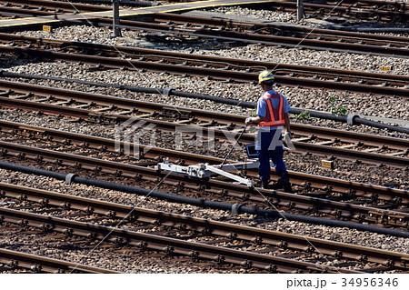 東海道新幹線の線路を小型ライトレックで検査する保線員 34956346