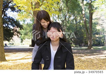 カップル待ち合わせ 後ろから彼女が「誰だ?」と目隠しをする 34970565
