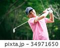 ゴルフをする中年男性 34971650