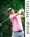 ゴルフをするミドル男性 34971651
