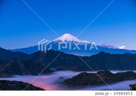 《静岡県》星空の下の富士山 34984953