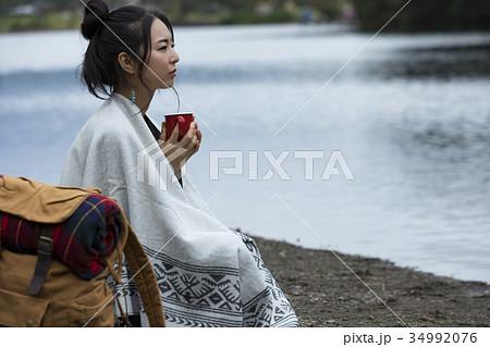 女性 一人旅 湖畔 ソロキャン 34992076