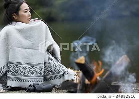 女性 一人旅 ソロキャンプ 焚き火 34992816