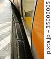 電車とホームの隙間には十分注意してね 35006005