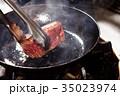 牛肉を焼く 35023974