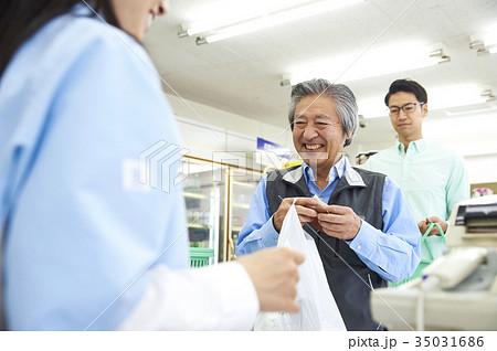 コンビニのレジに並ぶお客 35031686