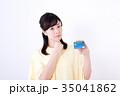 ミドル女性、クレジットカード 35041862