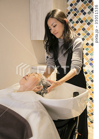 美容院でシャンプーするおばあさん 35051536