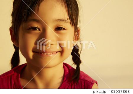 西日を浴びる女の子 ポートレート 35057868