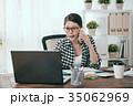 ビジネス しゃべる 女性の写真 35062969