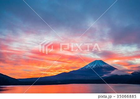 【山梨県】朝焼けの富士山 35066885