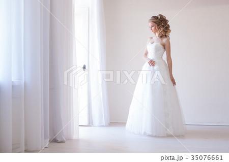 bride in white dress before weddingの写真素材 [35076661] - PIXTA