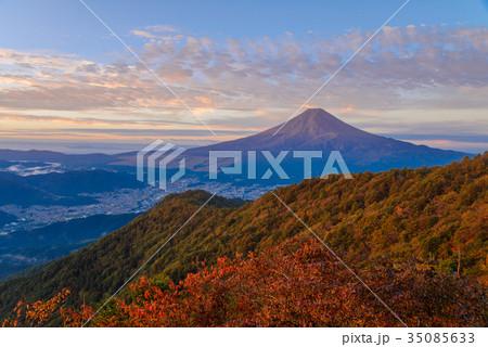 紅葉の三ツ峠山から富士山 朝の光 35085633