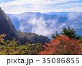 断崖絶壁・紅葉した三ツ峠山の屏風岩 35086855